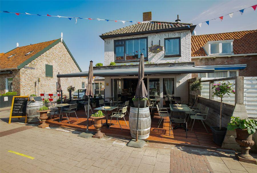 Restaurant met terras en bovenwoning