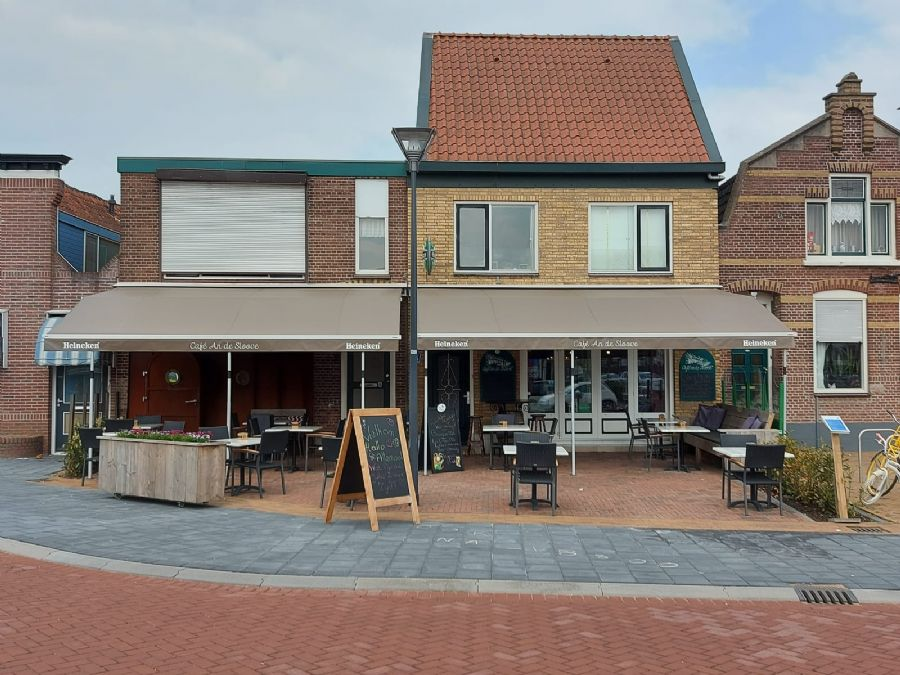 (Eet)Café met terras en 2 bovenwoningen