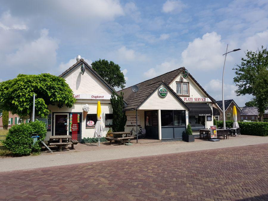 ONDER DE AANDACHT Eetcafé-Cafetaria met terras